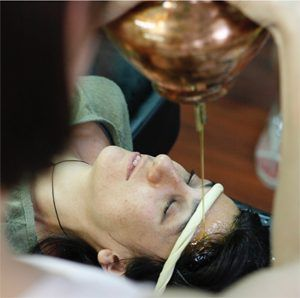 Shirodhara forma parte del tratamiento Panchakarma