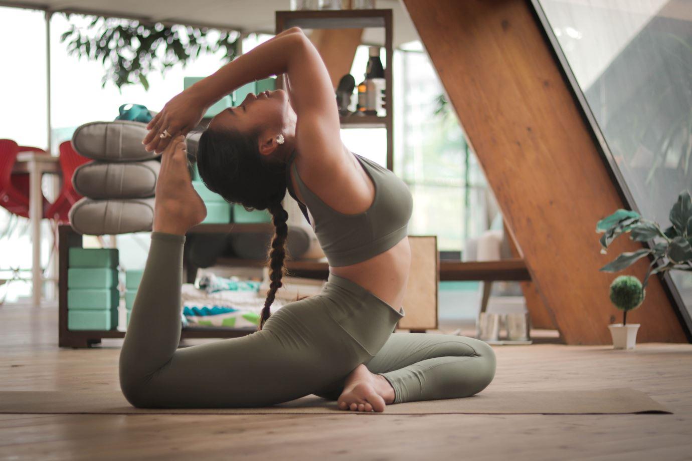 beneficios de practicar yoga en casa durante la cuarentena